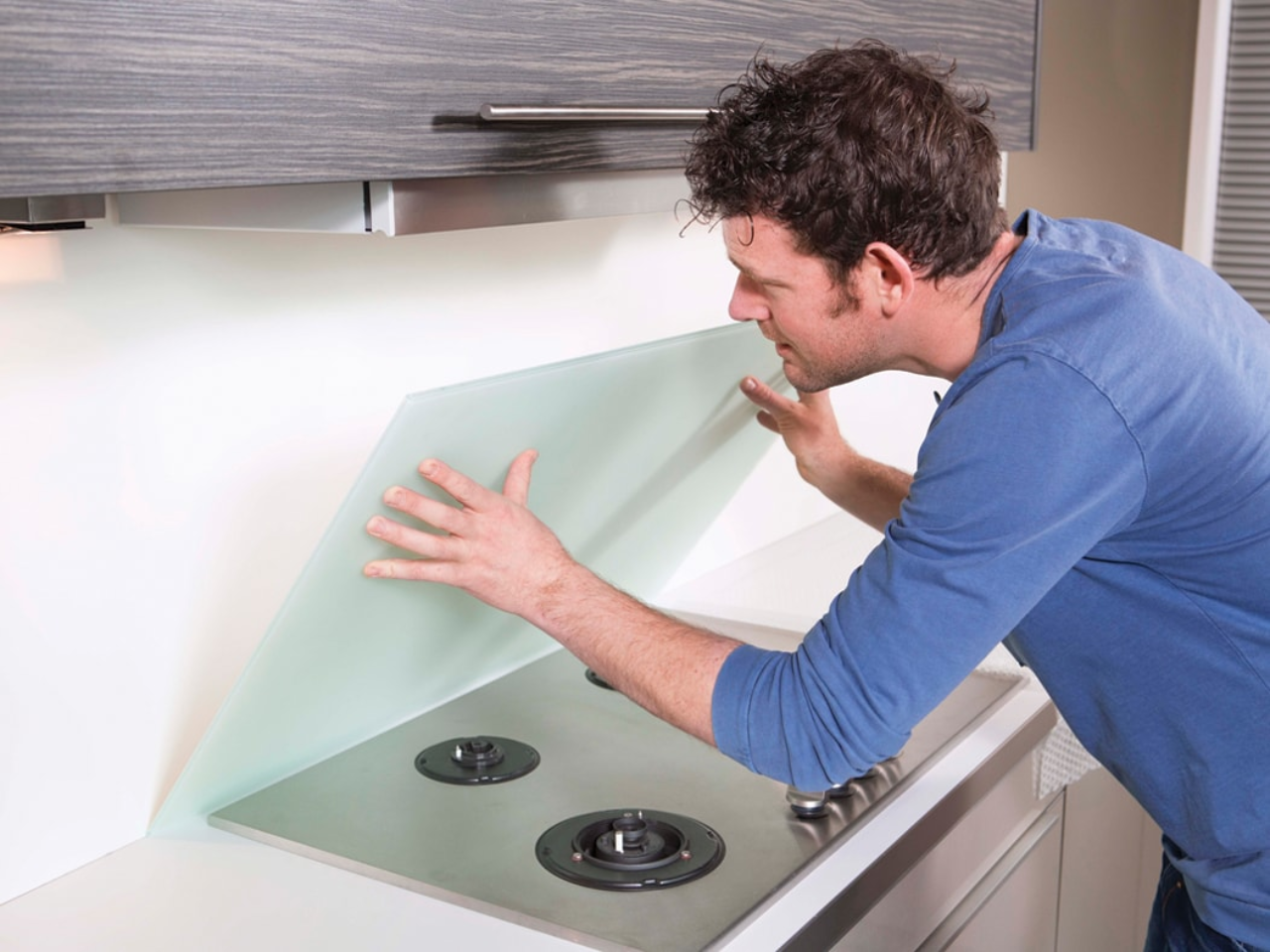 Mounting and sealing a cooker splash-back